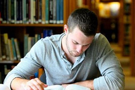 universitario-leyendo-libro-payaso